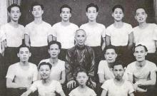 Der Anfang: Lok Yiu (3. v. links oben) in der ersten Klasse von Großmeister Yip Man