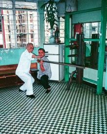 Meister Lok Yiu unterrichtet seinen Sohn Gong bei der Langstockform