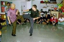 Meister Lok Yiu demonstriert: lockere und explosive Bewegung ist keine Frage des Alters
