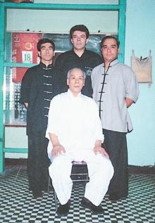 Ein Kungfu-Familienfoto: Meister Lok Yiu und seine Söhne Meister Gong, Meister Sang und Sifu Wilhelm Blech