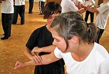 Zwei unserer weiblichen Kung Fu Mitschülerinnen bei der Arbeit